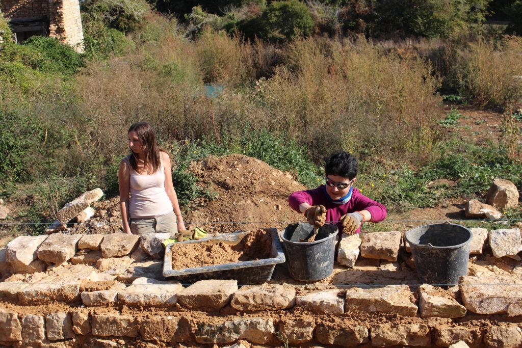 le mur de pierre du jardin bâti à la terre chaux