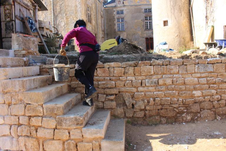 montage du mur en pierre avec la terre et la chaux