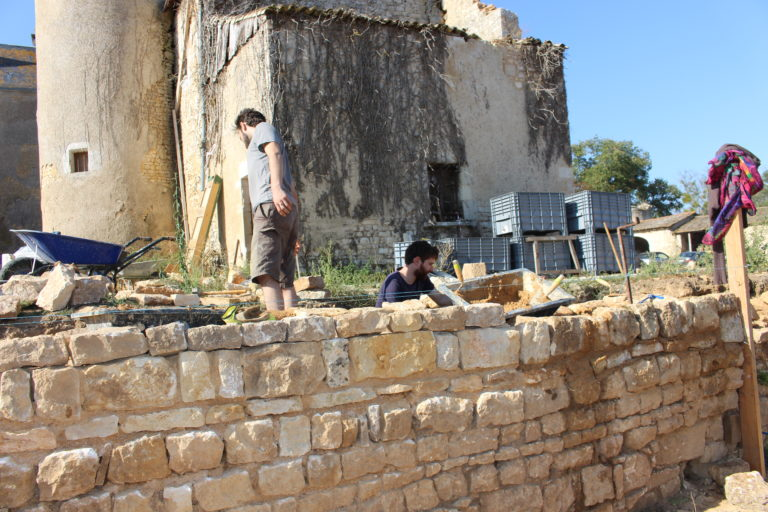 le mur en pierres du jardin